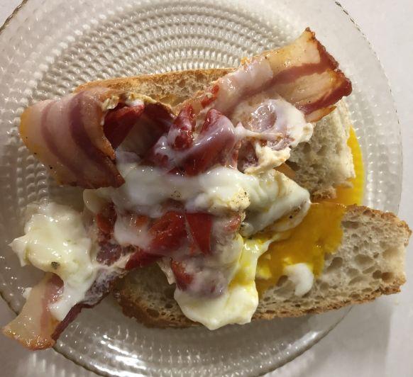 Huevos poche con bacon y piquillos