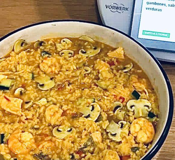 Arroz cremoso con gambones, salmón y verduras en